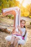 Zoet Jong Meisje met Nummer Zeven Mylar-Ballon in openlucht royalty-vrije stock foto's
