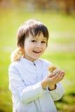Zoet leuk kind, peuterjongen, die met weinig pasgeboren chi spelen stock afbeelding