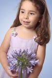 Zoet meisje met leliebloem Royalty-vrije Stock Fotografie
