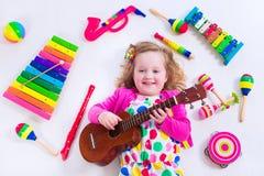 Zoet meisje met muziekinstrumenten stock afbeelding