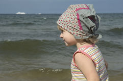 Zoet meisje op het strand stock foto's
