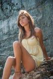 Zoet meisje tegen donkere cementmuur Royalty-vrije Stock Foto's