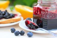 Zoet ontbijt met bosbessenjam stock foto