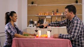 Zoet paar die een romantisch diner hebben thuis royalty-vrije stock foto