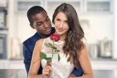 Zoet Paar tegen Gray Wall Background Royalty-vrije Stock Afbeeldingen