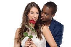 Zoet Paar tegen Gray Wall Background Stock Fotografie