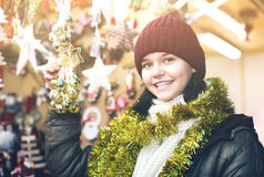 Zoet tienermeisje met Kerstmisgiften Stock Fotografie