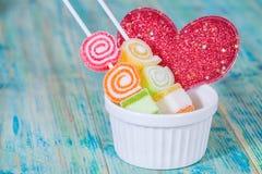 Zoet voedselsuikergoed met rode hartliefde Royalty-vrije Stock Foto