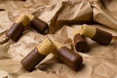 zoet wafeltje met chocolade op de document zak royalty-vrije stock afbeelding