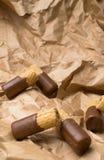 zoet wafeltje met chocolade op de document zak royalty-vrije stock foto