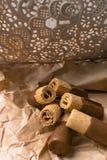 zoet wafeltje met donkere chocolade op de document zak royalty-vrije stock foto's