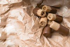 zoet wafeltje met donkere chocolade op de document zak stock foto's
