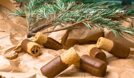 zoet wafeltje met donkere chocolade op de document zak stock fotografie