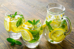 Zoet water met citroen, munt en komkommer Stock Foto