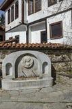 Zoet waterstroom van oude fontein in de grijswitte antiquiteit Varosha stock foto's