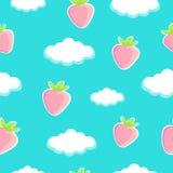 Zoete aardbeien op blauwe hemel met wolken naadloze achtergrond Stock Fotografie