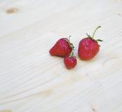 Zoete aardbeien op houten achtergrond Royalty-vrije Stock Afbeeldingen