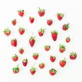 Zoete aardbeien op witte achtergrond Vlak leg Hoogste mening De zomerpatroon Royalty-vrije Stock Fotografie