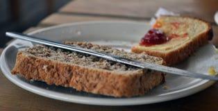 Zoete aardbeienjam op broodplak royalty-vrije stock foto