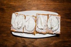 Zoete appeltaart op ceramische plaat Stock Foto