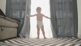 Zoete baby thuis in luiers stock videobeelden