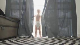 Zoete baby thuis in luiers stock video