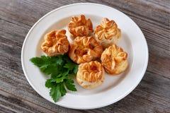 Zoete broodjes in de vorm van rozen op een witte plaat, close-up royalty-vrije stock foto