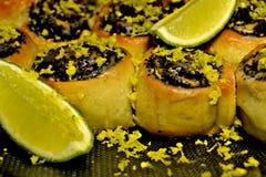 Zoete broodjes met lyme en papaver stock afbeelding
