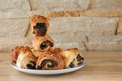 Zoete broodjes met papaverzaden op een witte porseleinplaat Stock Foto