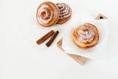 Zoete broodjes met suiker en kaneel op witte achtergrond Stock Afbeelding