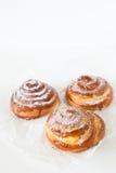 Zoete broodjes met suiker en kaneel op witte achtergrond Stock Fotografie