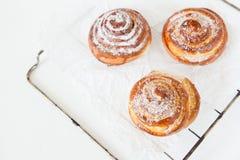 Zoete broodjes met suiker en kaneel op witte achtergrond stock foto's