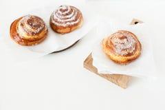 Zoete broodjes met suiker en kaneel op witte achtergrond Stock Afbeeldingen