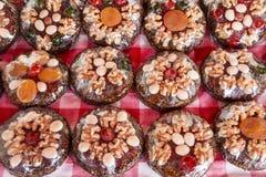 Zoete bruine die cakes met noten in transparant plastiek worden ingepakt Royalty-vrije Stock Afbeeldingen