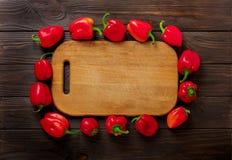 Zoete Bulgaarse Spaanse pepers en scherpe raad op donkere houten B Royalty-vrije Stock Afbeeldingen