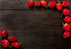 Zoete Bulgaarse Spaanse pepers op een donkere houten achtergrond Royalty-vrije Stock Afbeelding