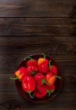 Zoete Bulgaarse Spaanse pepers op een donkere houten achtergrond Stock Foto