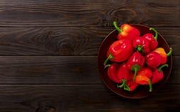 Zoete Bulgaarse Spaanse pepers op een donkere houten achtergrond Stock Fotografie