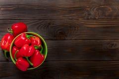 Zoete Bulgaarse Spaanse pepers op een donkere houten achtergrond Stock Afbeelding