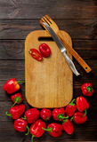 Zoete Bulgaarse Spaanse pepers, scherp raad en mes op donker w Stock Foto
