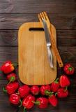 Zoete Bulgaarse Spaanse pepers, scherp raad en mes op donker w Royalty-vrije Stock Foto