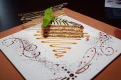 Zoete cake Esterhazy met muntblad op een schotel Stock Foto's