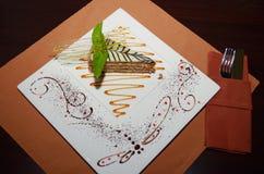 Zoete cake Esterhazy met muntblad op een schotel Stock Afbeeldingen