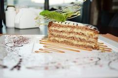 Zoete cake Esterhazy met muntblad op een schotel Royalty-vrije Stock Foto