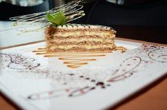 Zoete cake Esterhazy met muntblad op een schotel Royalty-vrije Stock Afbeeldingen