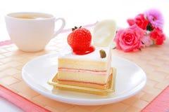 Zoete cake met aardbei in theetijd Stock Afbeeldingen