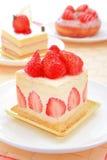 Zoete cake met aardbei in theetijd Stock Foto's