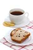 Zoete cake met rozijnen, citroenthee Stock Fotografie