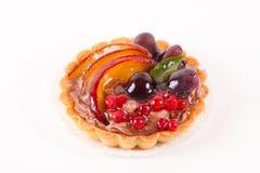 Zoete cake met vruchten die op wit worden geïsoleerd Stock Foto's