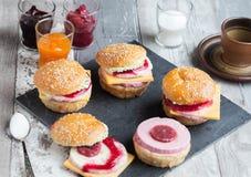 Zoete cakes in de vorm van een hamburger Stock Afbeelding